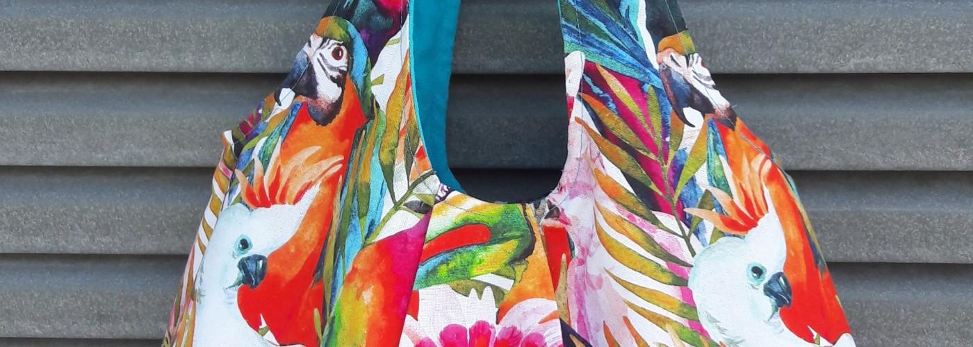 Tasche mit Papageienmotiv